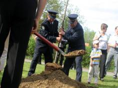 Dobrovolní hasiči Jaroslav Chrastina (vpravo) aJan Navrátil sázejí lípu